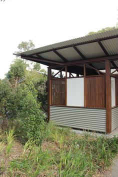 Simple roof overhangs with just corrugated iron & exposed timber structure   Richard Leplastrier architect