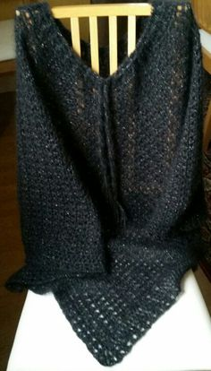 Poncho i svart glitter till en väninna. Eget mönster.