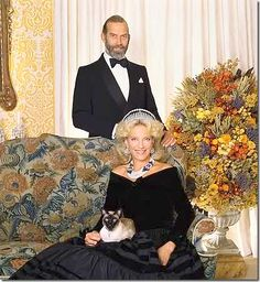 Prince and Princess Michael of Kent with their siamese cat Tsar Nicolas Ii, Prince Michael Of Kent, Celebrities With Cats, Royal Family Pictures, Cat Pose, British Royal Families, Royal Jewelry, Cat Photography, Prince And Princess