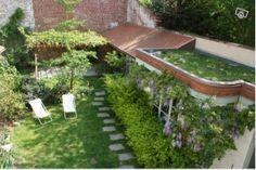 Petit jardin de ville / glycine / plantes grimpantes / pavés