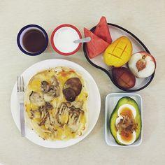 goooooooooood morning saturday :-D))) #morning #breakfast #yummy #goodfood #instafood #onthetable  #homemade #foodie #foodstagram #foodphoto #mushroom_ricepizza #pizza #onion_egg_avocado #fruit #peach_watermelon_mango_plum #yogurt #朝食 #早餐