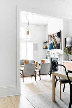 A ward-winning interior designer Fiona Lynch has transformed this traditional Victorian terrace in Australia into a sleek and ultra-stylish home. I love the polished brass cabinetry in the kitchen, wh Victorian Living Room, Modern Victorian, Victorian Terrace, Victorian Homes, Home Living Room, Living Room Designs, Living Room Decor, Dining Room, Office Interior Design