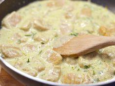 Mennyei Édesburgonya gnocchi recept! Otthon is könnyen lehet készíteni gnocchit az édesburgonyából pedig kicsit különlegesebb lesz az íze. Tetszőleges szósszal tálalhatjuk. Én most az édesburgonya gnocchit pestos tejszínes mártással késztettem el ebben a receptben. Gnocchi, Cheeseburger Chowder, Pesto, Soup, Potatoes, Chicken, Recipes, Food Ideas, Potato