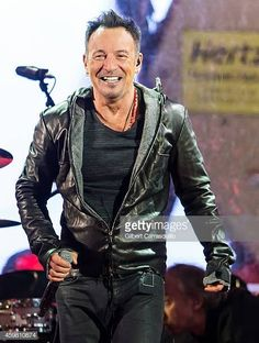 60 Meilleures Bruce Springsteen Photos et images Singersongwriter Bruce Springsteen is seen performing with during a Surprise World AIDS Day concert at Times Square on December 1 2014 in New York. Jimmy Fallon, Tom Morello, Harry Belafonte, The Rolling Stones, Dropkick Murphys, Patti Smith, Rock And Roll, Stephen Colbert, American Music Awards