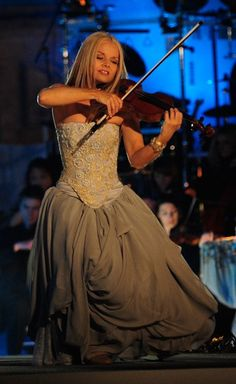Violinist (celtic woman) // she made me want to play more than anything <3