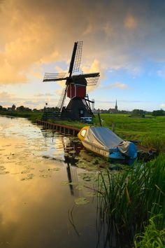 Windmill in Hoogmade, Holland . Travel Pictures, Cool Pictures, Cool Photos, Oh The Places You'll Go, Places To Visit, Holland Netherlands, Netherlands Windmills, South Holland, Thinking Day