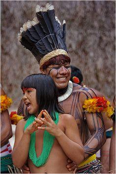 _MG_0656 Young Kuikuro indians dancing and singing at Toca da Raposa in São Paulo, Brazil. / Kuikuros jovens dançando e cantando na Toca da Raposa, São Paulo, Brasil. by Wilfred Paulse, via Flickr