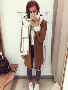 Beige coat and scarf Cachecol e casaco bege de Outono Casual Winter Outfits, Trendy Outfits, Fall Outfits, Winter Scarf Outfit, Scarf Outfits, Zara Fashion, Fashion Moda, Look Fashion, Fashion Fashion