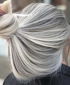 Are you searching for latest shades of blonde hair colors to sport right now? There are so many that can be adopt to wear the fantastic blonde hair colors, as you can see here we have presented in this post our stunning blonde hair color ideas for ladies Ashy Blonde Hair, Blonde Hair Colour Shades, Grey Blonde, Blond Ombre, Silver Blonde, Platinum Blonde Hair, Cool Hair Color, Balayage Hair, Pearl Blonde