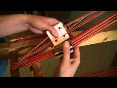 Flinkhand zeigt Brettchenweben -komplexe Muster weben - YouTube