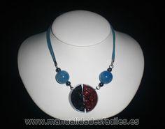Collar azul hecho con cápsulas de nespresso