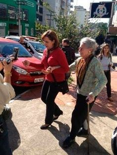 MP pede arquivamento do caso da idosa que teria matado invasor no RS | Solicitação é analisada pela 1ª Vara Criminal de Caxias do Sul, na Serra. Odete Prá, de 88 anos, diz que atirou contra homem em seu apartamento. http://mmanchete.blogspot.com.br/2013/08/mp-pede-arquivamento-do-caso-da-idosa.html#.UhOi05JQGSo