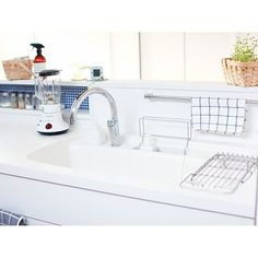 Choosing a New Kitchen Sink If You Are Kitchen Remodeling Kitchen Pantry, New Kitchen, Kitchen Dining, Contemporary Kitchen Interior, Stainless Steel Countertops, Kitchen Sink Faucets, Japanese House, Apartment Design, Home Kitchens