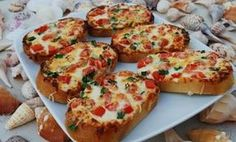 Beach Bread--Ranch rather than Blue Cheese dressing and maybe even add some chicken and eat for dinner Beach Snacks, Beach Meals, Pizza Rapida, Great Recipes, Favorite Recipes, Good Food, Yummy Food, Silvester Party, Finger Foods