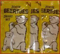 Soms kocht ik een zakje zwart wit. Dat waren platte plastic zakjes met een grijzig poeder erin. Deze had je in een zoete en zoute variant. Ik kocht altijd de zoete.