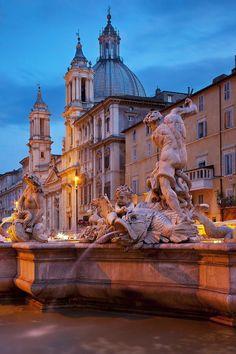 Fuente de Necturno y iglesia de Santa Inés en la Plaza de Navona, Roma Italia