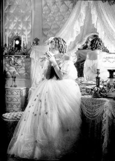 We Had Faces Then — Greta Garbo as Marguerite Gautier in Camille... Old Hollywood Glamour, Classic Hollywood, Hollywood Divas, William Claxton, The Philadelphia Story, John Garfield, John Huston, Hollywood Costume, Love Affair