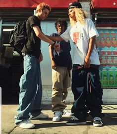 Skateboard dress here's how to put on the trend. Skater Boy Style, Skater Boys, 2000s Fashion, Boy Fashion, Skater Fashion, Swag Fashion, Fashion Pants, Fashion Outfits, Swag Style
