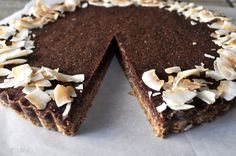 This Chocolate Coconut Tart recipe combines shredded coconut, unsweetened dates and oats with cacao powder and vanilla for a delicious, healthy dessert. Coconut Recipes, Tart Recipes, Raw Food Recipes, Dessert Recipes, Delicious Recipes, Yummy Food, Healthy Recipes, Raw Chocolate, Healthy Chocolate