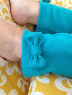 craftiness is not optional: KCWC: teal bow leggings Sewing Pants, Sewing Kids Clothes, Cool Kids Clothes, Sewing For Kids, Baby Sewing, Sewing Ideas, Sewing Projects, Little Girl Fashion, Kids Fashion