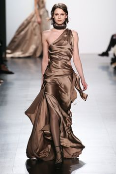 The complete Dennis Basso Fall 2017 Ready-to-Wear fashion show now on Vogue Runway. Fashion Week, Fashion 2017, Runway Fashion, Fashion Show, Fashion Trends, Style Couture, Couture Fashion, Vogue Paris, Satin Dresses