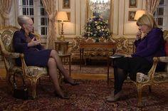 Dronning Margrethe og Ulla Terkelsen live på tv2  Par ailleurs la reine a donné en direct du palais d'Amalienborg une interview à la chaîne de télévision TV2 ! La reine était bien élégante dans son tailleur déjà porté à l'occasion des festivités pour ses 70 ans !