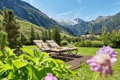Mit 1.000 m² ist der Alpengarten des Wellnesshotels Alpenhof in Tirol der ideale Rückzugsort zum Seele baumeln lassen. Medical Wellness, Hotels, Spa, Wanderlust, Outdoor Furniture, Outdoor Decor, Sun Lounger, Mountains, Home Decor