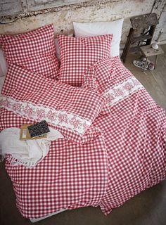 Auf der Alm gibt´s scho a Sünd´. Karierte Bettwäsche in rustikalem Rot-Weiß. Romantische, weiße Blumenbordüre.   #oktoberfest #wiesn #impressionen #trends #fashion #dirndl #trachten #ozapftis #münchen #theresienwiese #lederhose #krachlederne