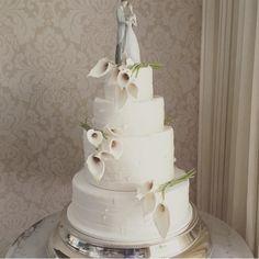 A Delicadeza das Callas em um Lindo Bolo de Noiva.... Um estilo super Clássico Por @thekingcake #matrimonio #mesadedoces #noiva #noivas #noivinha #noiva2015 #noiva2016 #noivinhas #noivaclassica #noivarealizada #noivasdobrasil #brida #bride #bridal #brides #bridestyle #voucasar #cake #chic #casar #cakeink #casório #casamento #casamentos #cakeflowers #luxodefesta #instabride#flowers #docesdeluxo by noivadossonhosjr