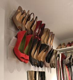 Otra idea ingeniosa para almacenar los zapatos es: cuelga los tacones en las molduras. (Libera el espacio del estante y del piso).