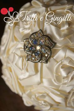 Dettaglio del bouquet con rose in raso color avorio con spilla d'epoca [info@trilliegingilli.com] Bouquet alternativi, originali, particolari by Trilli e Gingilli