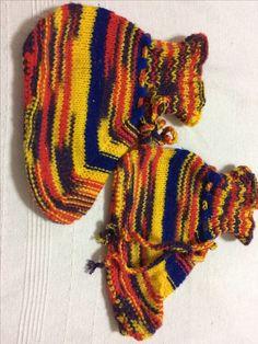 Sapatinho feito de tricô e crochê usando lã colorida mesclada