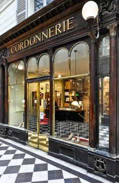 PARIS今年の海外旅行、パリで建築散歩はいかが? Retail Facade, Shop Facade, Cafe Exterior, Luxury Bar, Parisian Cafe, Hotel Concept, Store Windows, Shop Fronts, Shop Window Displays