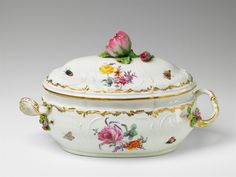 Königliche Porzellanmanufaktur Berlin, 1768.An oval Berlin KPM porcelain tureen with a rose finial, Auction 1065 The Berlin Sale, Lot 12 #KPM #porcelain #porzellan #tureen