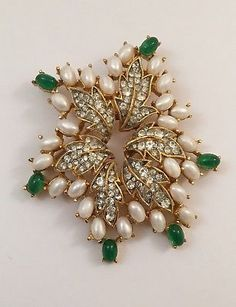 GORGEOUS-PEARL-AND-EMERALD-BROOCH-TRIFARI-LOOK-OF-REAL