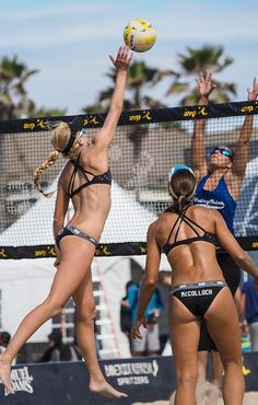 Голые пляжные волейболистки