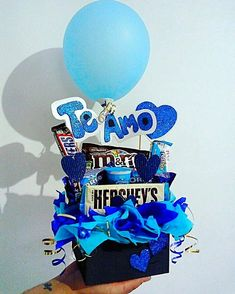 Creative Gift Baskets, Creative Gifts, Easy Diy Gifts, Diy Crafts For Gifts, Cute Birthday Gift, Diy Birthday, Birthday Hampers, Chocolate Flowers Bouquet, Diy Wall Decor For Bedroom