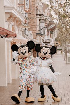 How Many Days to See Disneyland: 3 Exclusive Tips to Choose your Ideal Disneyland Vacation Find out exactly how many days to see Disneyland with your family and how you can save money while maximizing your trip to Disneyland with kids!
