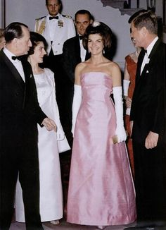 Jackie Kennedy was such a style icon that her name became a code word for a complete lifestyle. When Jackie became First Lady, the public be. Jacqueline Kennedy Onassis, Estilo Jackie Kennedy, Jaqueline Kennedy, Les Kennedy, John Kennedy, Jackie O's, Kennedy Wife, Kennedy Town, Lee Radziwill