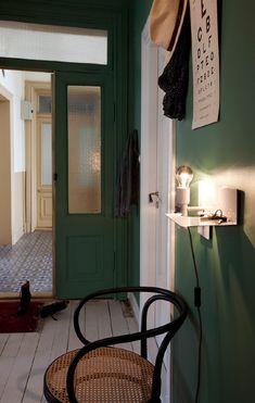 une entrée moderne et chic avec des murs peints en vert