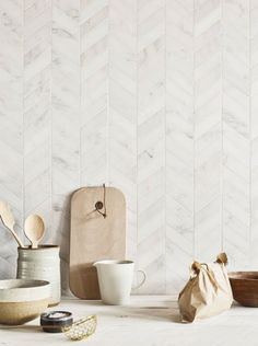 tiles Backsplash Classic marble gets an updated look with these gorgeous chevron Claybrook East Haven marble mosaics that are great on walls or floors. Tuile Chevron, Chevron Tile, Herringbone Tile, Chevron Kitchen, Chevron Walls, Chevron Floor, Kitchen Splashback Tiles, Kitchen Flooring, Backsplash Ideas