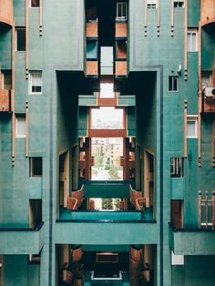 Architect Ricardo Bofill's ambitious Walden 7 residential complex in Sant Just D… Der ehrgeizige Wohnkomplex Walden 7 des Architekten Ricardo Bofill in Sant Just Desvern, Spanien. Architecture Design, Amazing Architecture, Ricardo Bofill, Modernisme, Residential Complex, Brutalist, Interior And Exterior, Buildings, Photography Composition