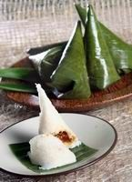 Ombus-ombus - Sticky rice with palm sugar filling, rolled in coconut flakes. Indonesian Desserts, Indonesian Cuisine, Asian Desserts, Indonesian Recipes, Easy Cooking, Cooking Recipes, Healthy Recipes, Empanadas, Roti Canai Recipe
