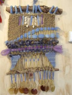 Telar decorativo Weaving Loom Diy, Weaving Art, Tapestry Weaving, Hand Weaving, Weaving Textiles, Weaving Patterns, Weaving Projects, Crochet Projects, Weaving Wall Hanging