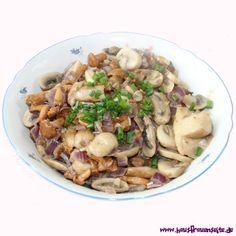 vegane Pilzpfanne - einfaches Pilzrezept  hier unser ganz einfaches Rezept für eine leckere, vegane Pilzpfanne vegetarisch vegan laktosefrei glutenfrei Chicken, Meat, Food, Delicious Vegan Recipes, Cooking, Porcini Mushrooms, Glutenfree, Essen, Meals