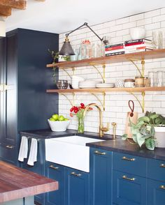 Likes: Open shelving, brass, blue accents, cabinetry with no soffit