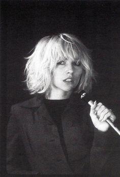 Debbie Harry by Bob Gruen, 1976 - blondie Blondie Debbie Harry, Debbie Harry Hair, Debbie Harry Style, Choppy Bob Hairstyles, Hairstyles With Bangs, Cool Hairstyles, Latest Hairstyles, Hairstyles 2018, Medium Hairstyles