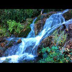 Bien cargado de agua baja el río Cerezuelo a su paso por Cazorla