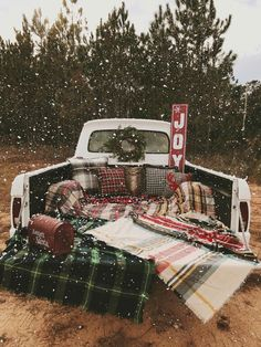 Christmas is fast approaching! So that magic is once again at the rendezvous, heal all the details of your decor. Snowy Christmas Tree, Christmas Truck, Christmas Minis, Christmas Photo Cards, Christmas Time, Christmas Photo Shoot, Natural Christmas, Christmas Ideas, Christmas Crafts