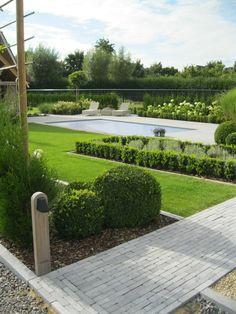 Landelijke tuin met zwembad